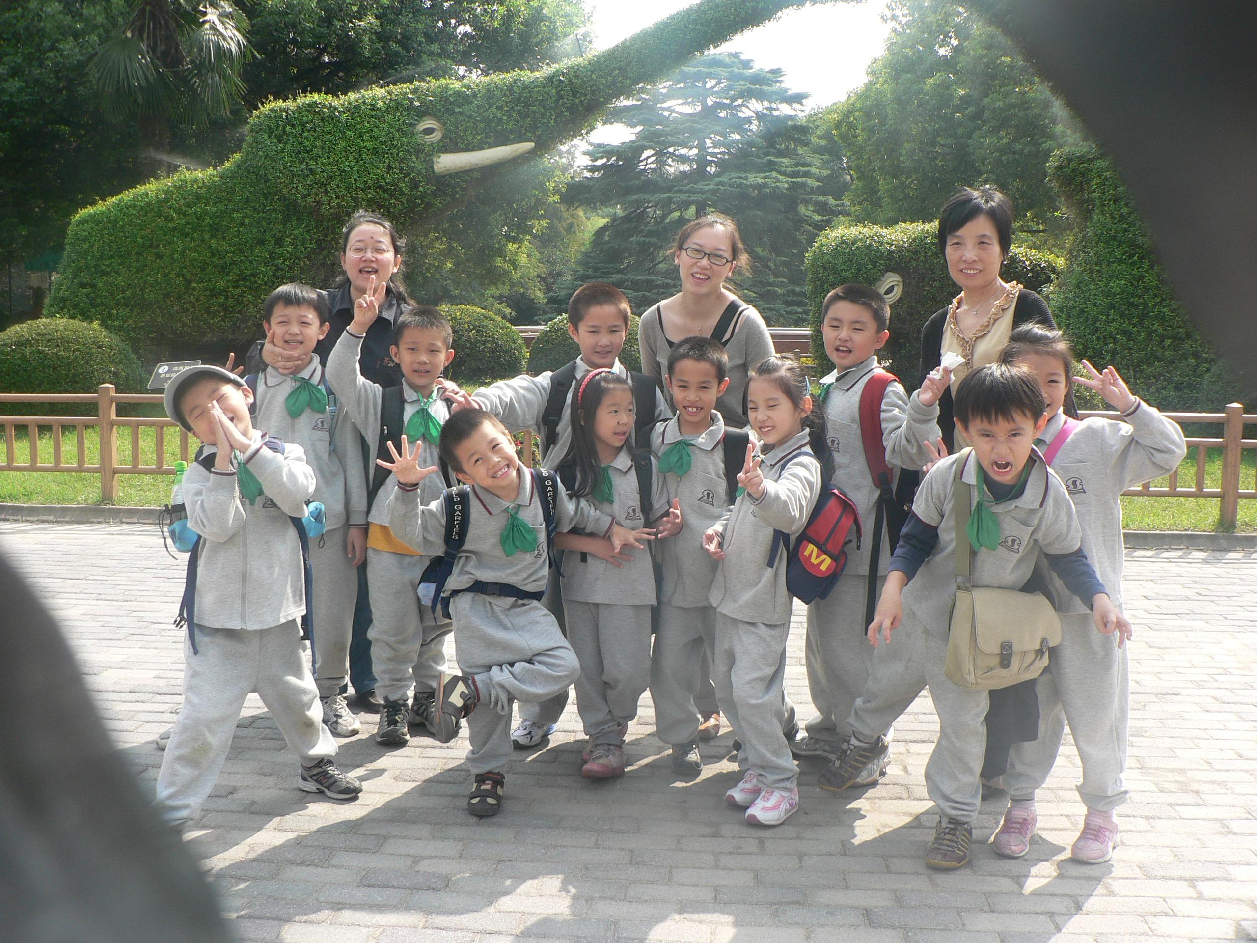 我们是2006年入学的上海市实验学校浦东校区的第一届境外班学生,我们跟随着爸爸妈妈从遥远的国度来到了上海,汇聚在实验这个大家庭中。我们分别来自美国,加拿大,澳大利亚,法国      在这里,我们幸运的相识了,并且组成了一个温暖友爱的集体。我们健康快乐,身心舒展;我们多才多艺,兴趣广泛;我们聪明好学,努力上进。我们中的每个人都很特别,都与众不同,也因此,我们从彼此身上学到了很多。我们互相关心,互相帮助,共同进步,我们在一起快乐地学习,快乐地游戏,快乐地渡过每一天。   在这里,可亲的班主任老师精